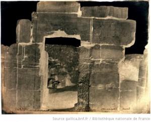 Photographie négative d'une porte du temple de Karnak en Egypte