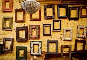 Cadres vides accrochés à un mur.